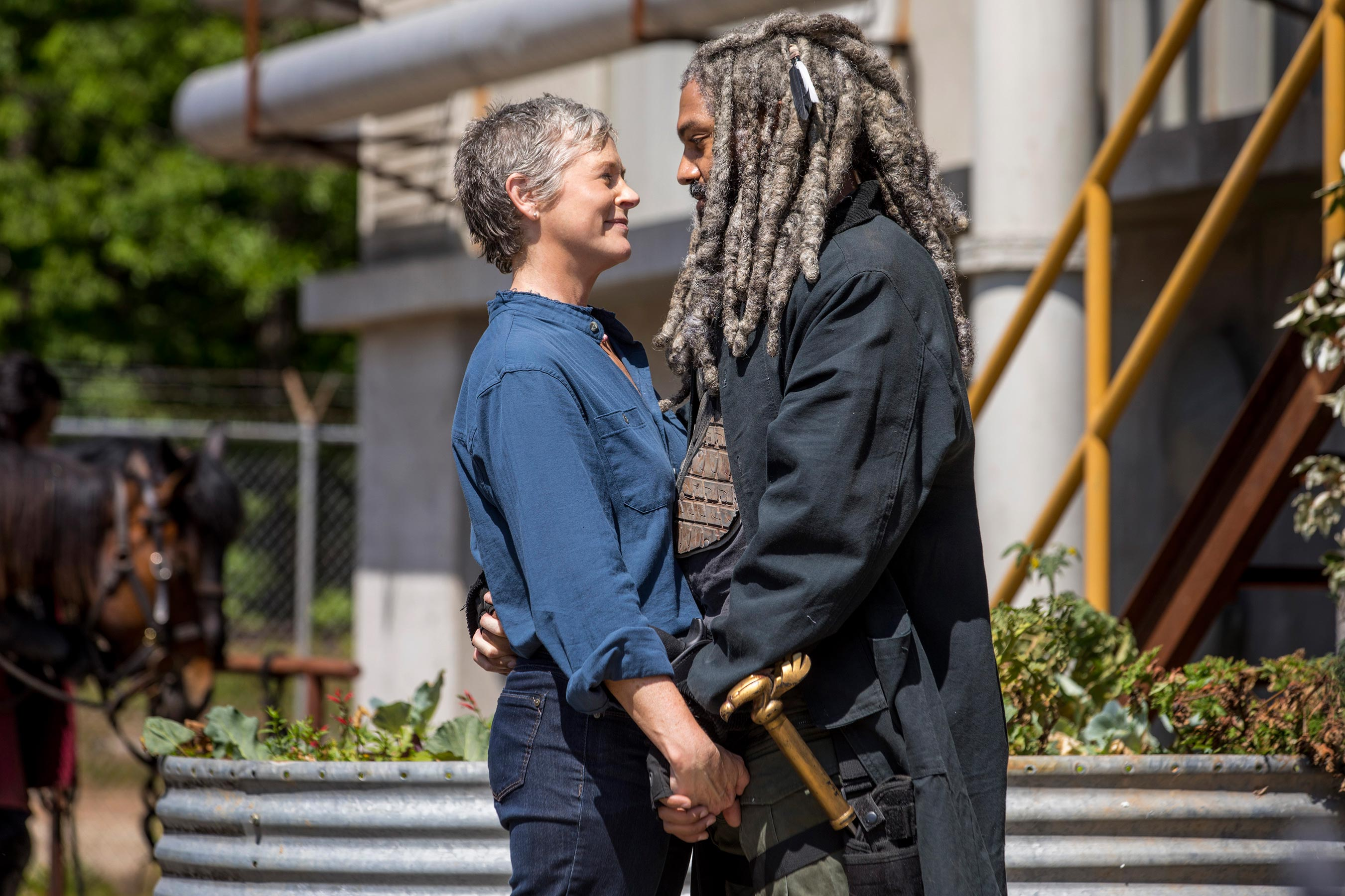 The Walking Dead: Melissa McBride e Khary Payton in un tenero momento