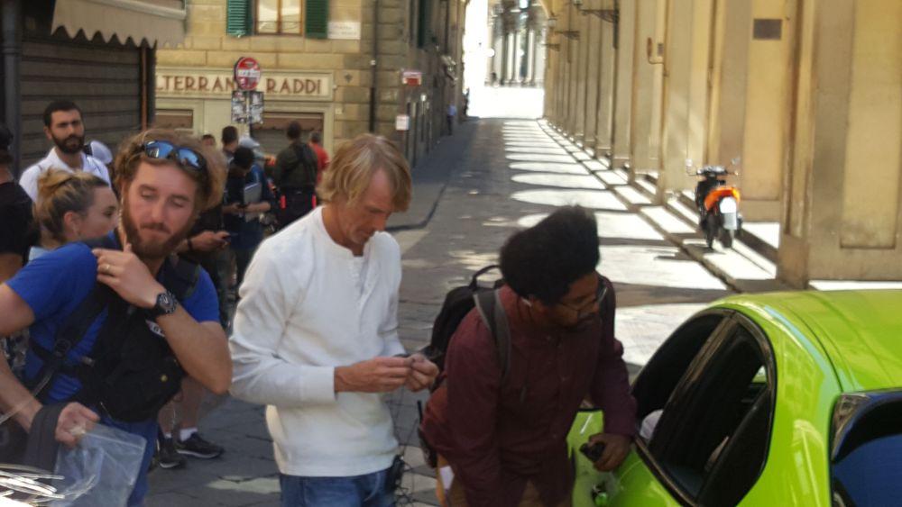 Six Underground, Michael Bay dà indicazioni sul set a Firenze