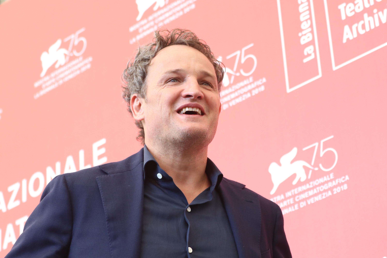 Venezia 2018: un sorridente Jason Clark al photocall de Il primo uomo