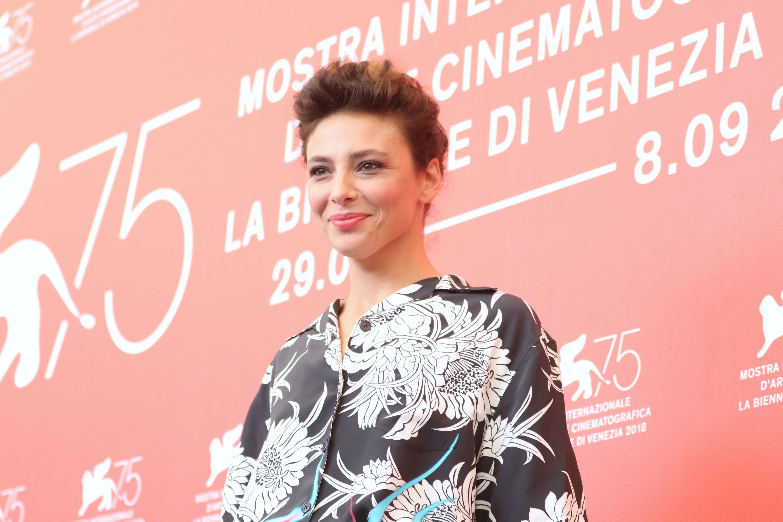 Venezia 2018: una sorridente Jasmine Trinca al photocall di Sulla mia pelle