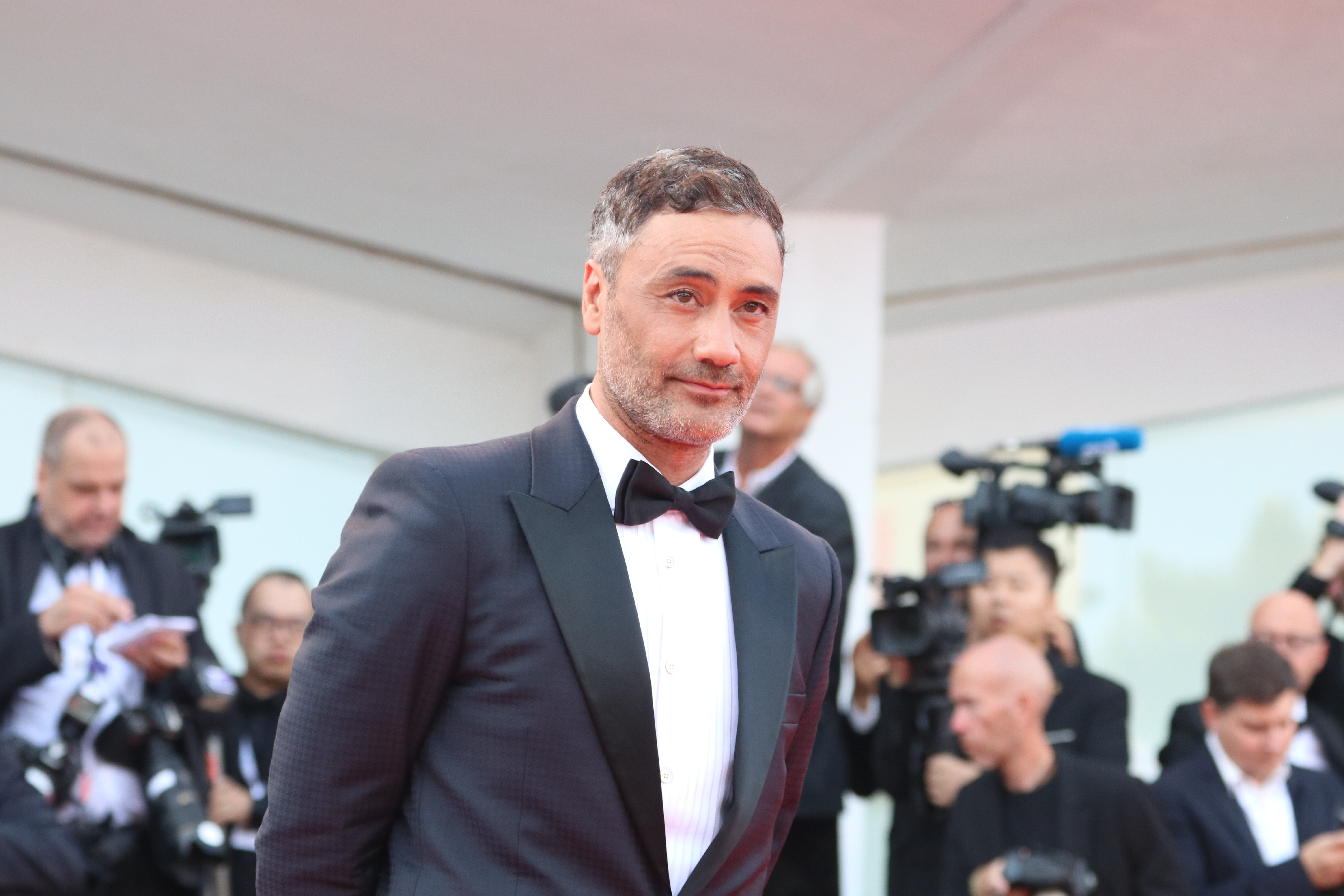 Venezia 2018: uno scatto di Taika Waititi sul red carpet di apertura