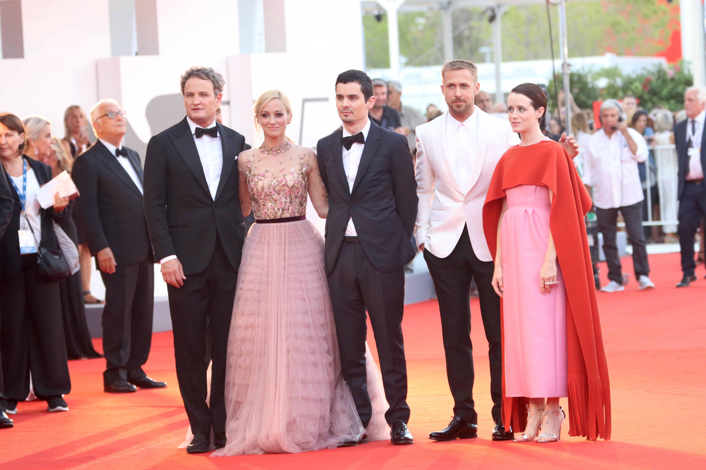 Venezia 2018: il cast de Il primo uomo sul red carpet di apertura