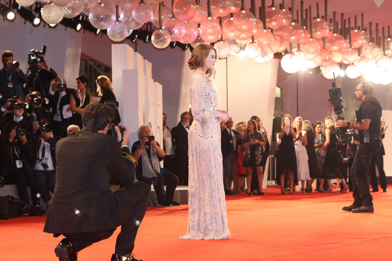 Venezia 2018: Emma Stone sul red carpet de La favorita