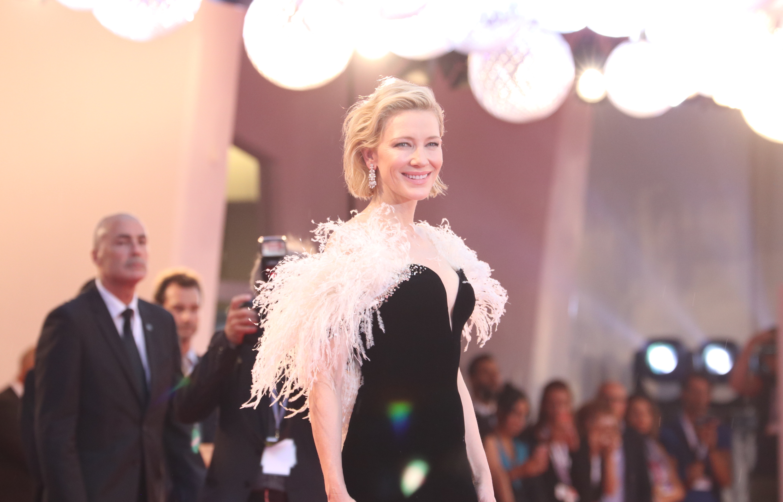 Venezia 2018: una foto di Cate Blanchett sul red carpet di A Star is Born