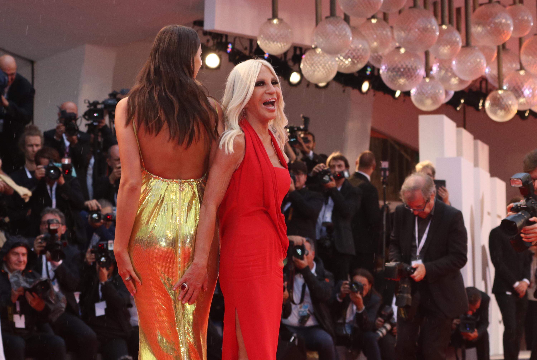 Venezia 2018: Donatella Versace sul red carpet di A Star is Born