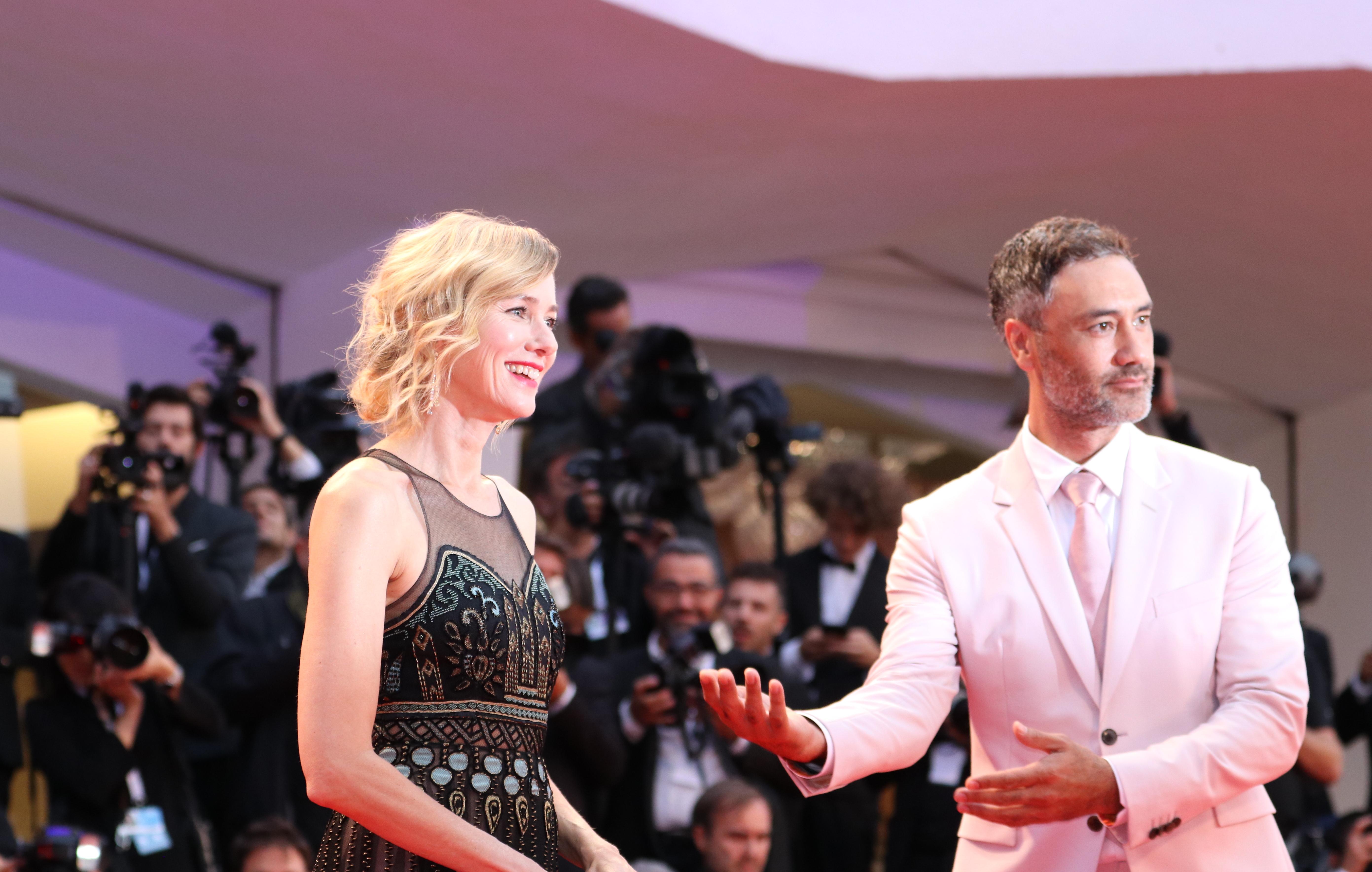 Venezia 2018: Taika Waititi e Naomi Watts sul red carpet di Suspiria