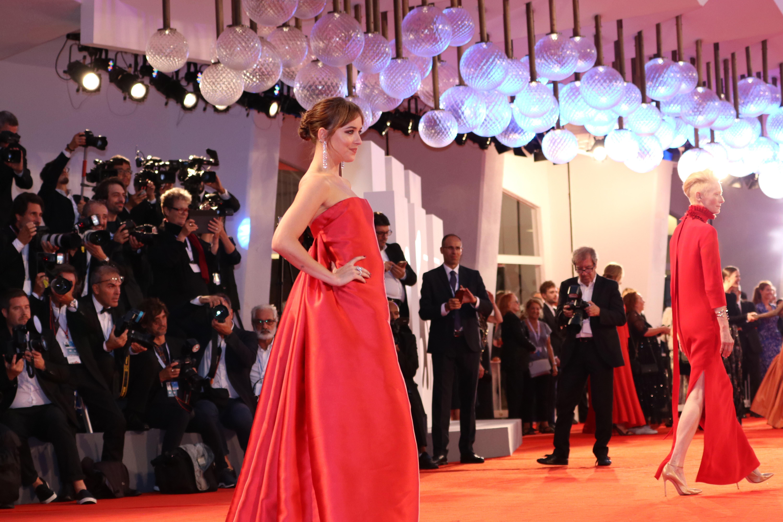 Venezia 2018: l'attrice Dakota Johnson sul red carpet di Suspiria