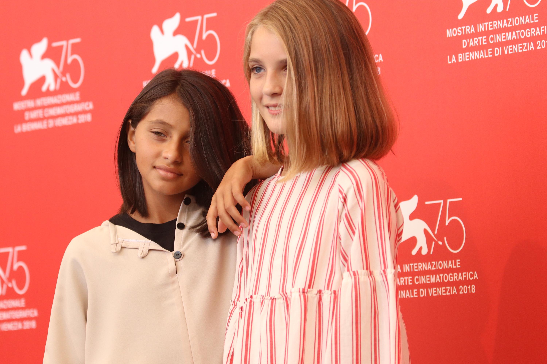 Venezia 2018: le due giovani protagoniste al photocall de L'amica geniale
