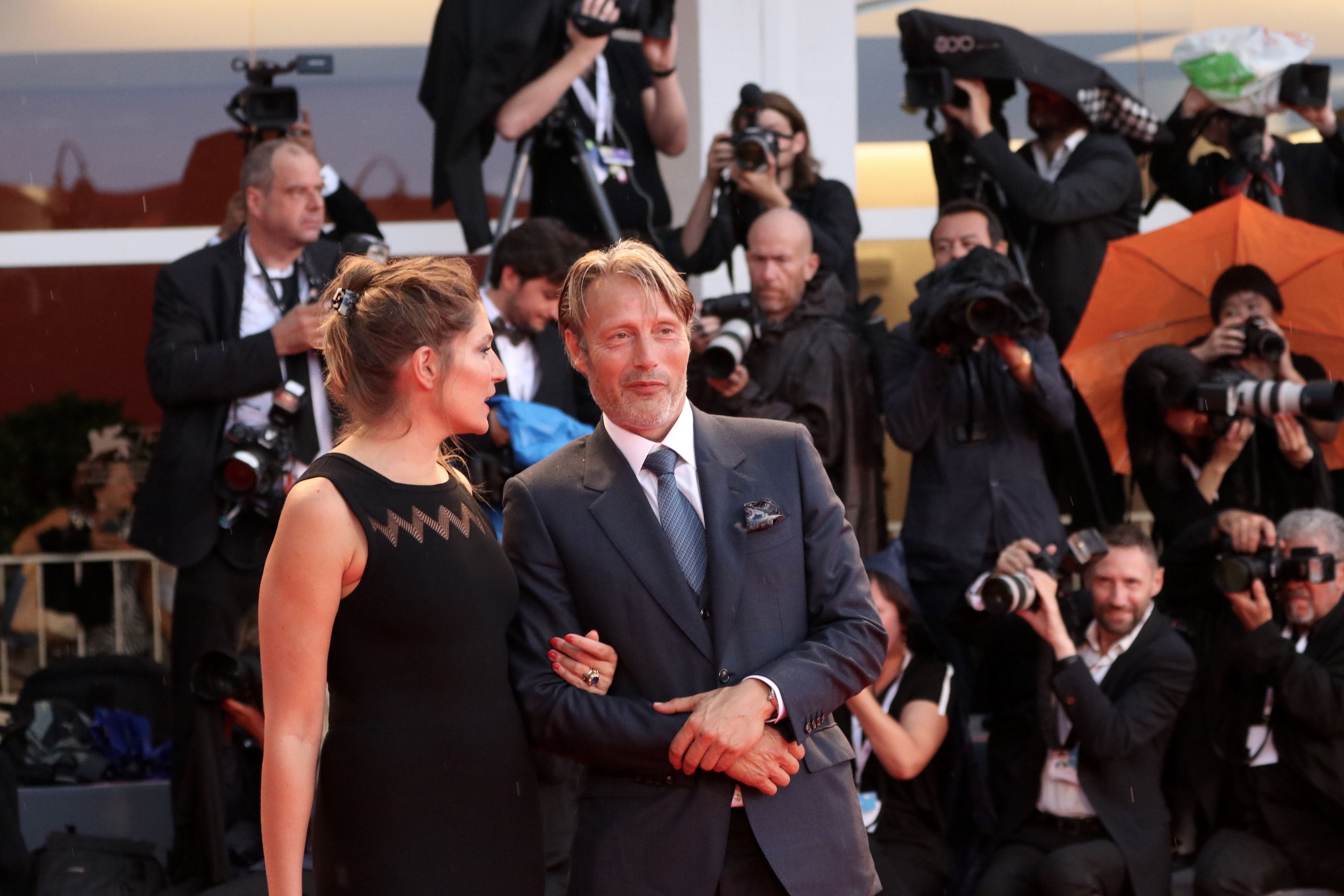 Venezia 2018: uno scatto di Mads Mikkelsen sul red catpet di At Eternity's Gate