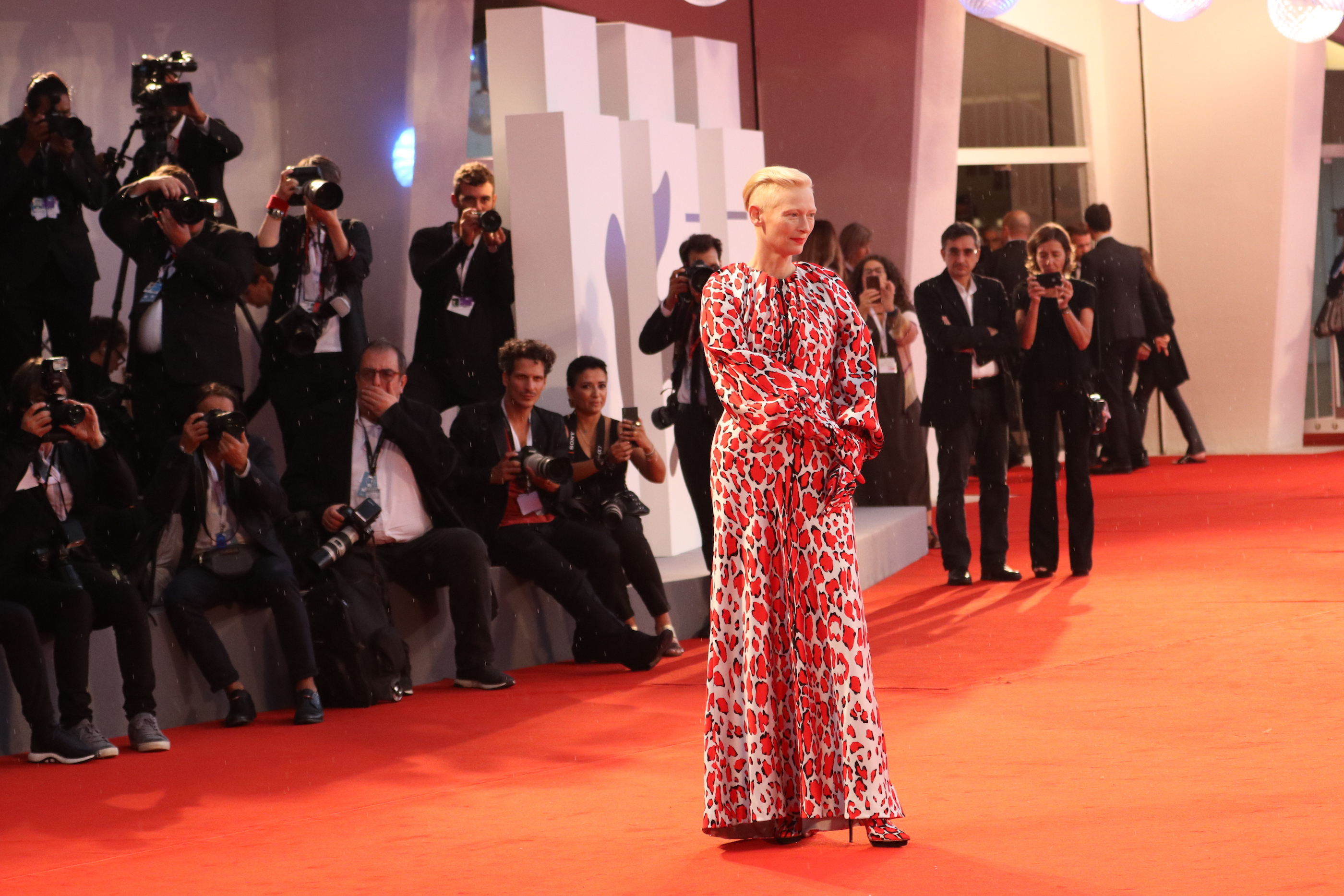 Venezia 2018: Tilda Swinton sul red catpet di At Eternity's Gate