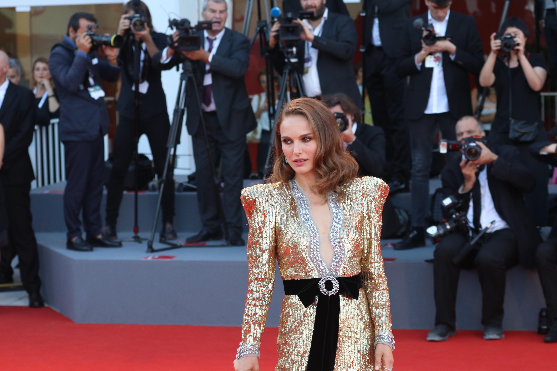 Venezia 2018: Natalie Portman posa sul red carpet di Vox Lux