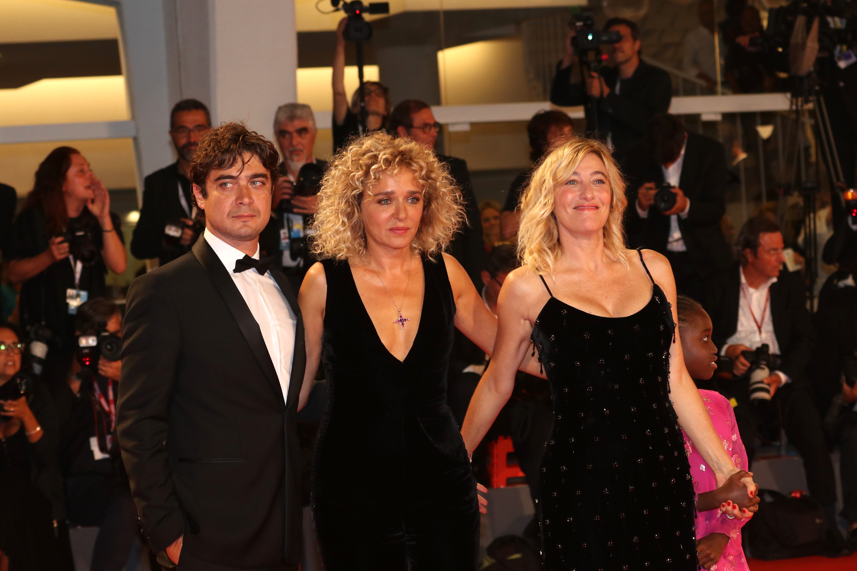 Venezia 2018: Valeria Bruni Tedeschi, Valeria Golino, Riccardo Scamarcio sul red carpet di Les Estivants