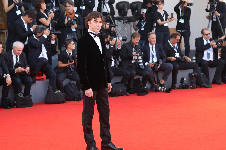 Venezia 2018: il padrino della manifestazione Michele Riondino sul red carpet di chiusura