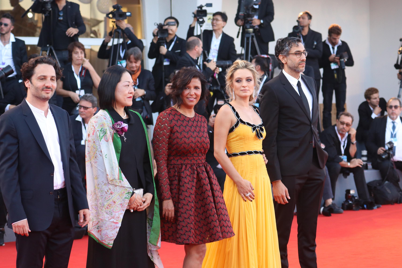 Venezia 2018: la giuria del premio Venezia Opera Prima sul red carpet di chiusura