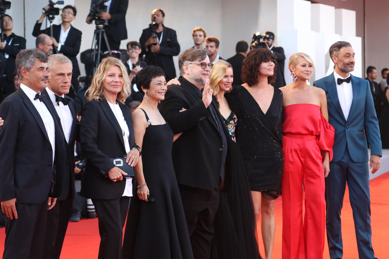 Venezia 2018: la giuria sul red carpet di chiusura