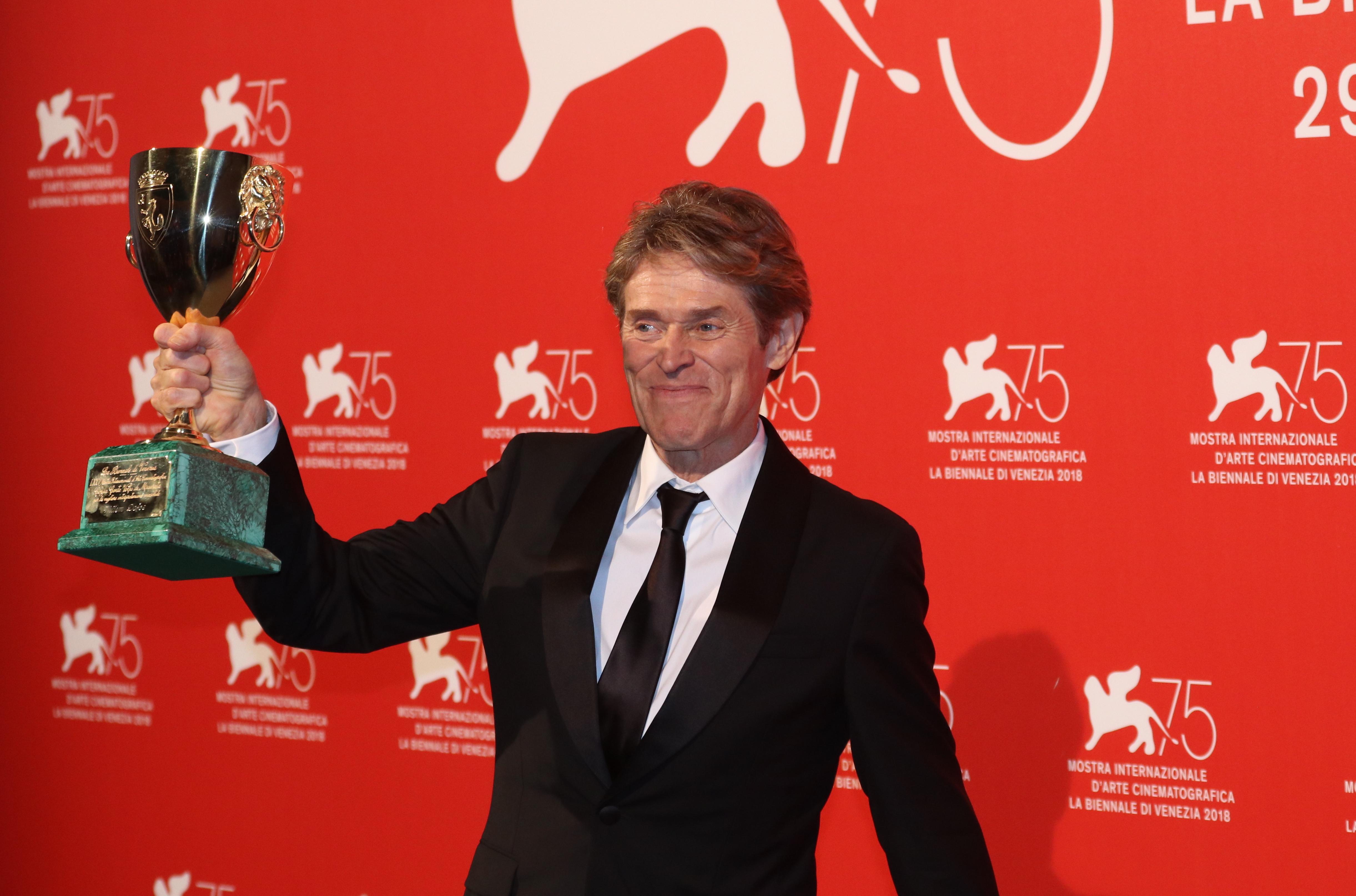 Venezia 2018: uno scatto di Willem Dafoe al photocall dei premiati