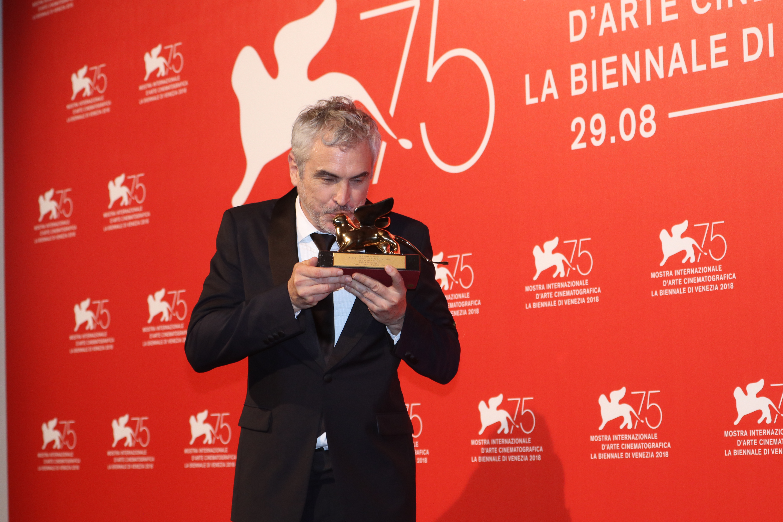 Venezia 2018: Alfonso Cuarón bacia il leone d'oro al photocall dei premiati