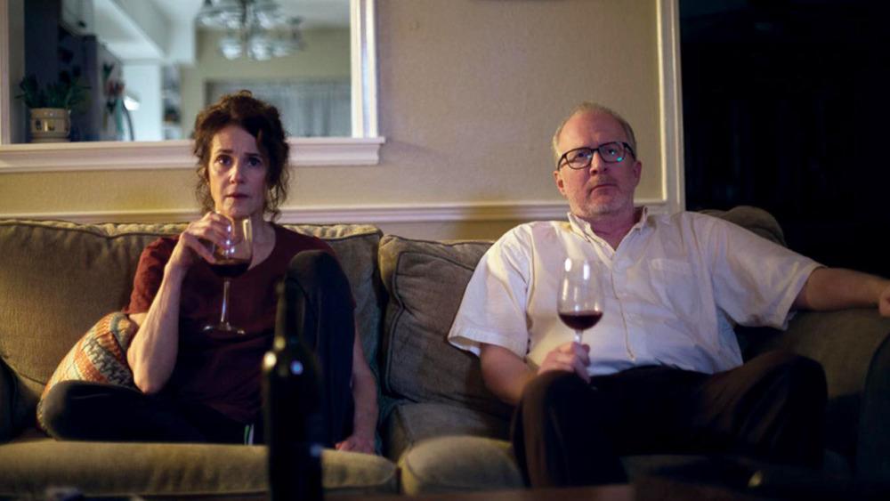 Debra Winger e Tracy Letts in una scena di The Lovers