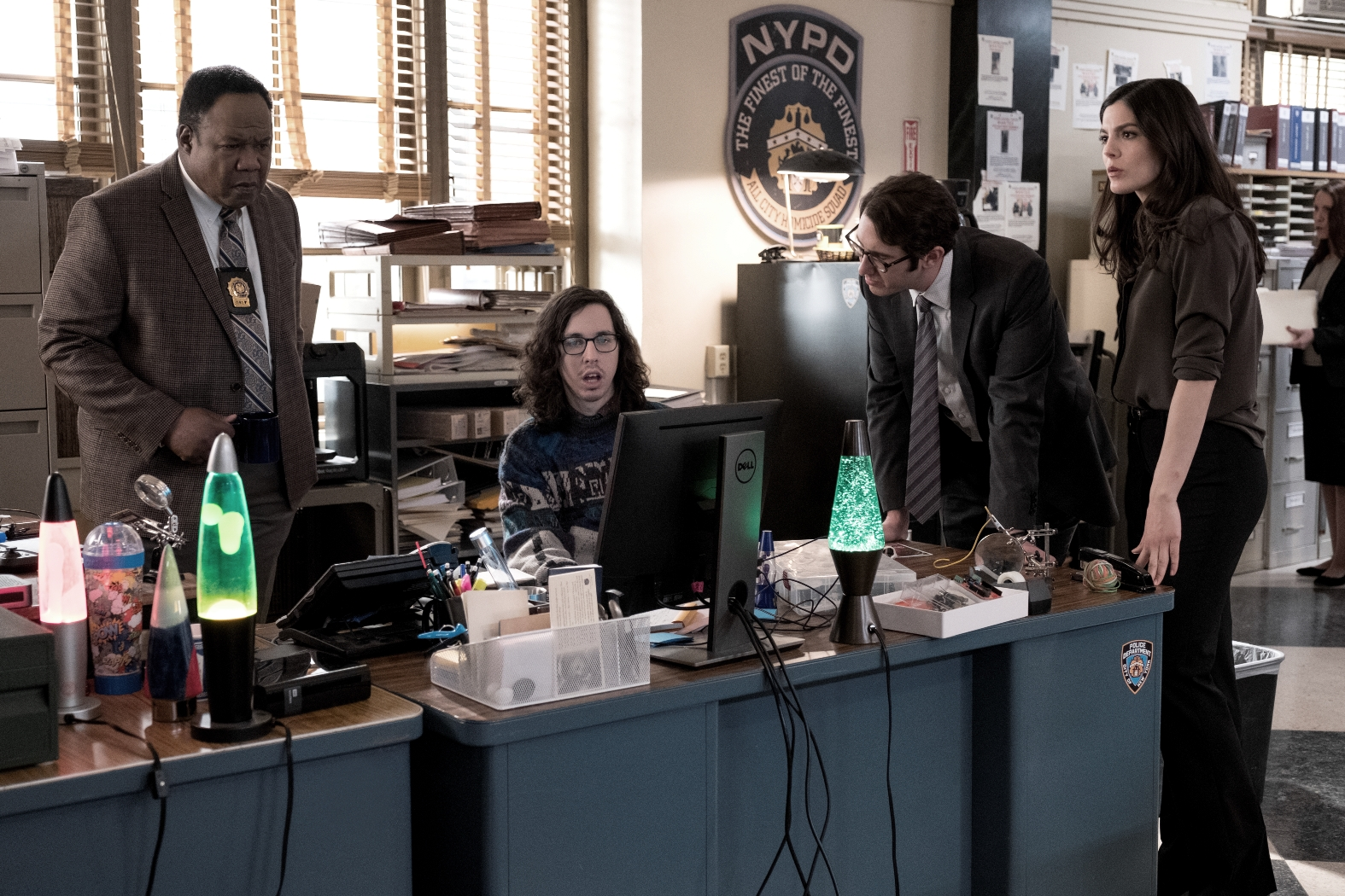 The Good Cop: Isiah Whitlock Jr., Josh Groban, Monica Barbaro, Bill Kottkamp in una scena