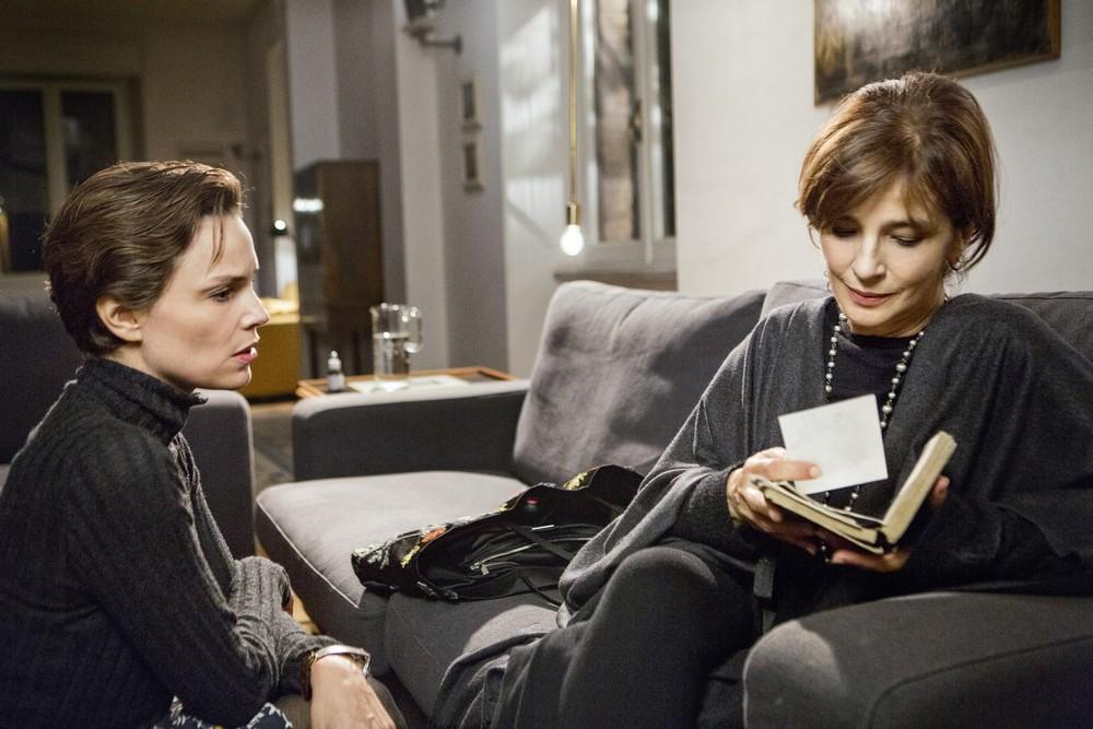 Una storia senza nome: Micaela Ramazzotti e Laura Morante in una scena del film
