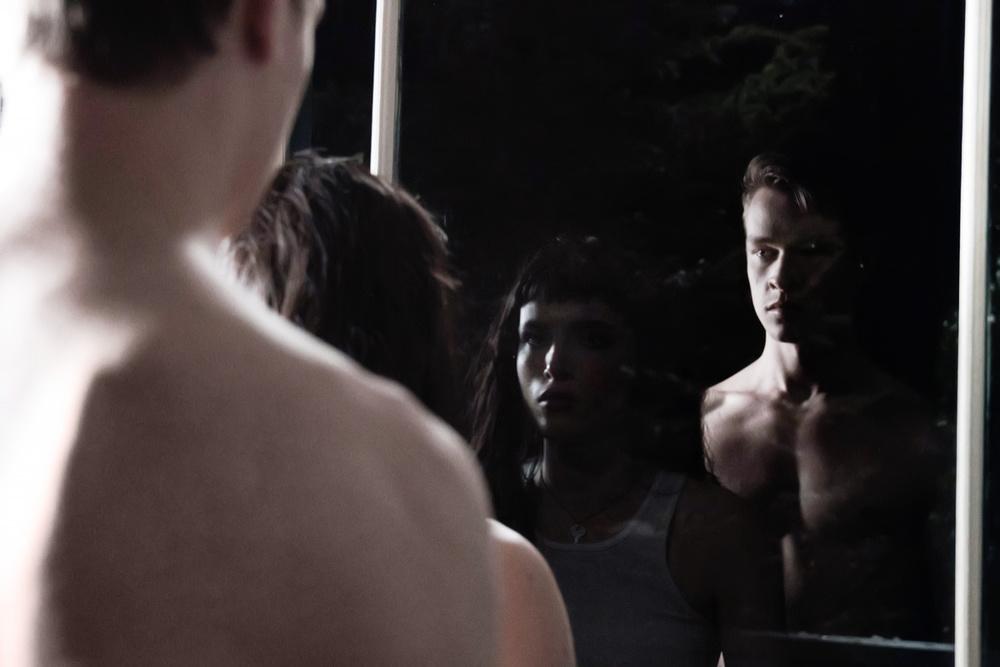 Sei ancora qui - I Still See You: Bella Thorne e Richard Harmon in un momento del film