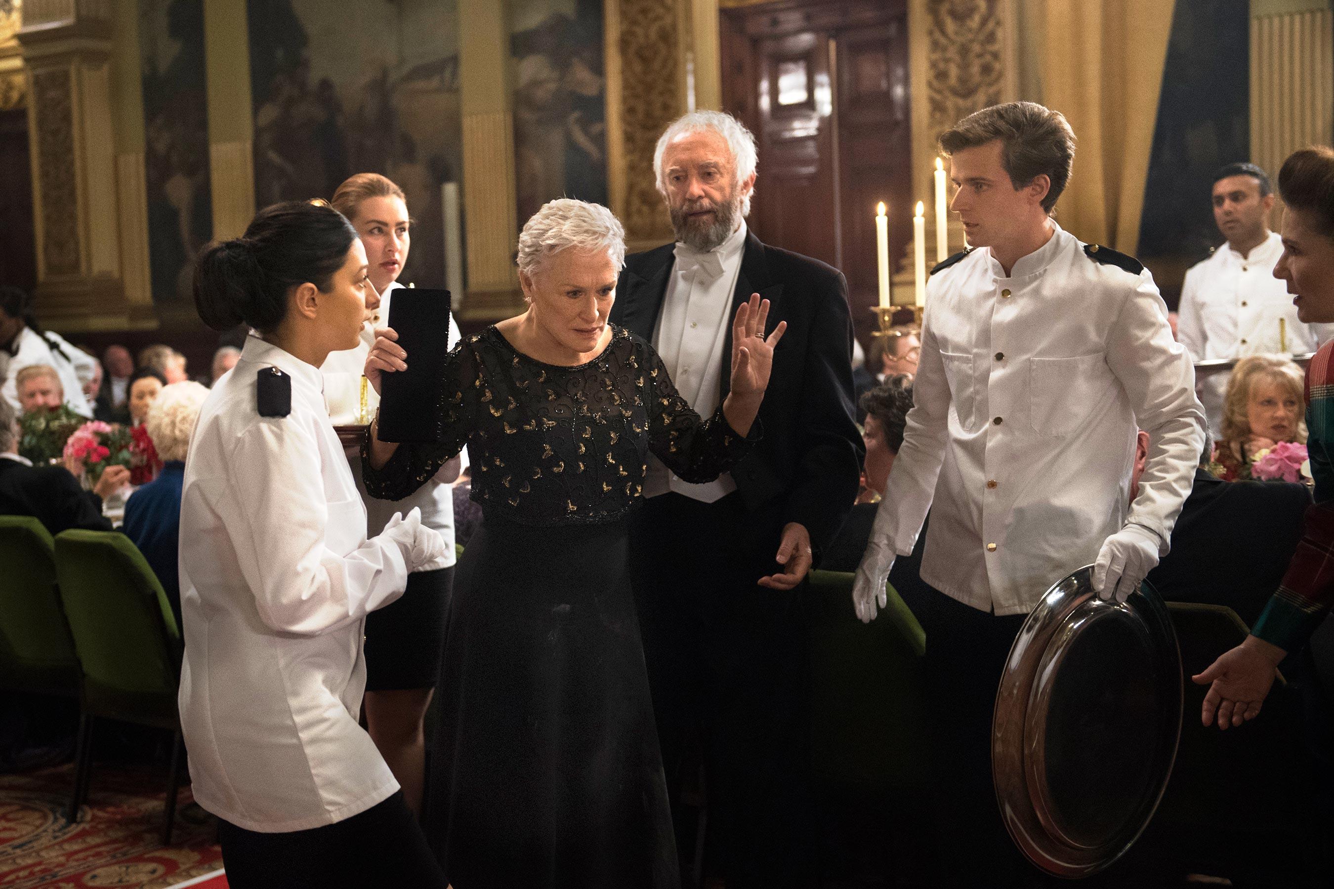 The Wife - Vivere nell'ombra: Glenn Close e Jonathan Pryce in una scena del film