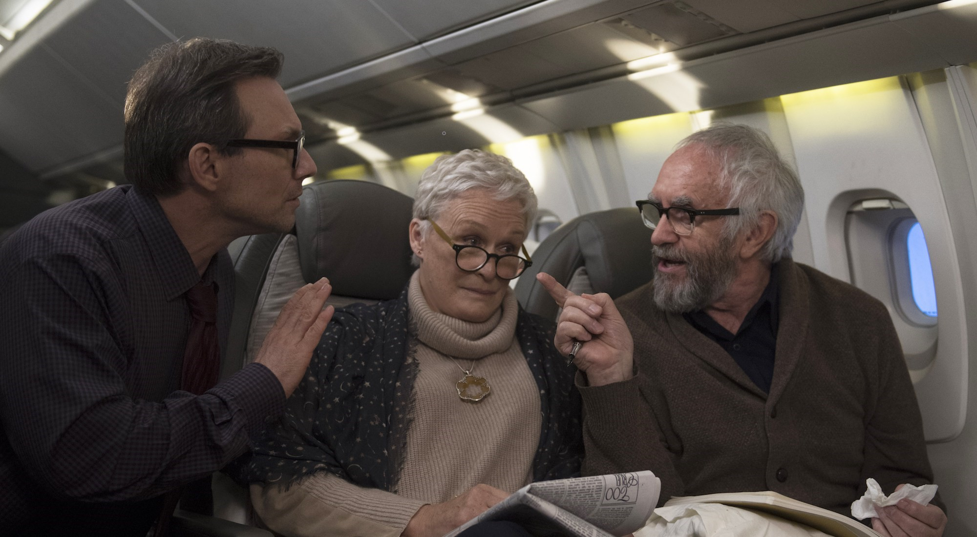 The Wife - Vivere nell'ombra: Glenn Close, Christian Slater e Jonathan Pryce in una scena del film