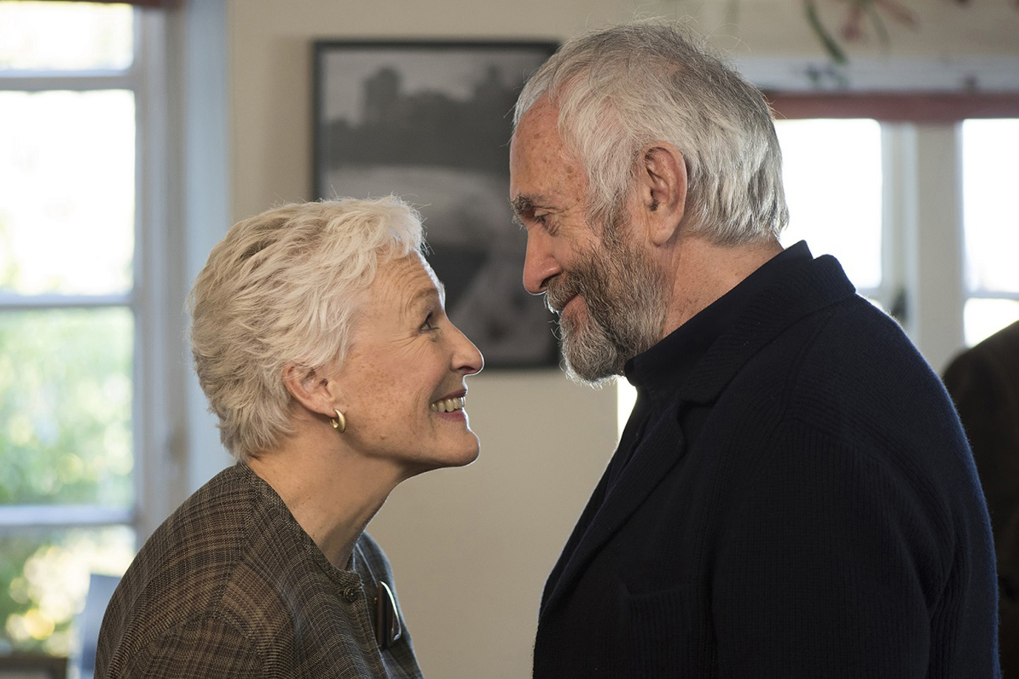 The Wife - Vivere nell'ombra: Glenn Close e Jonathan Pryce in un momento del film