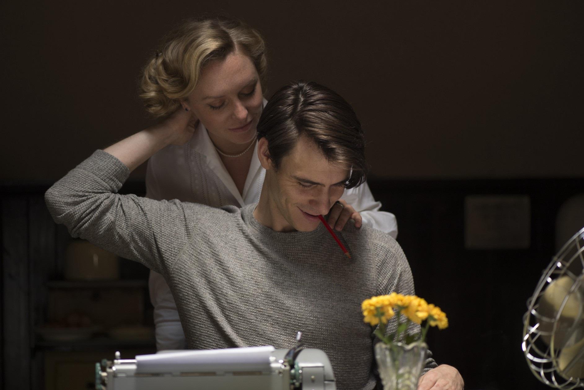 The Wife - Vivere nell'ombra: Annie Starke e Harry Lloyd in una scena del film