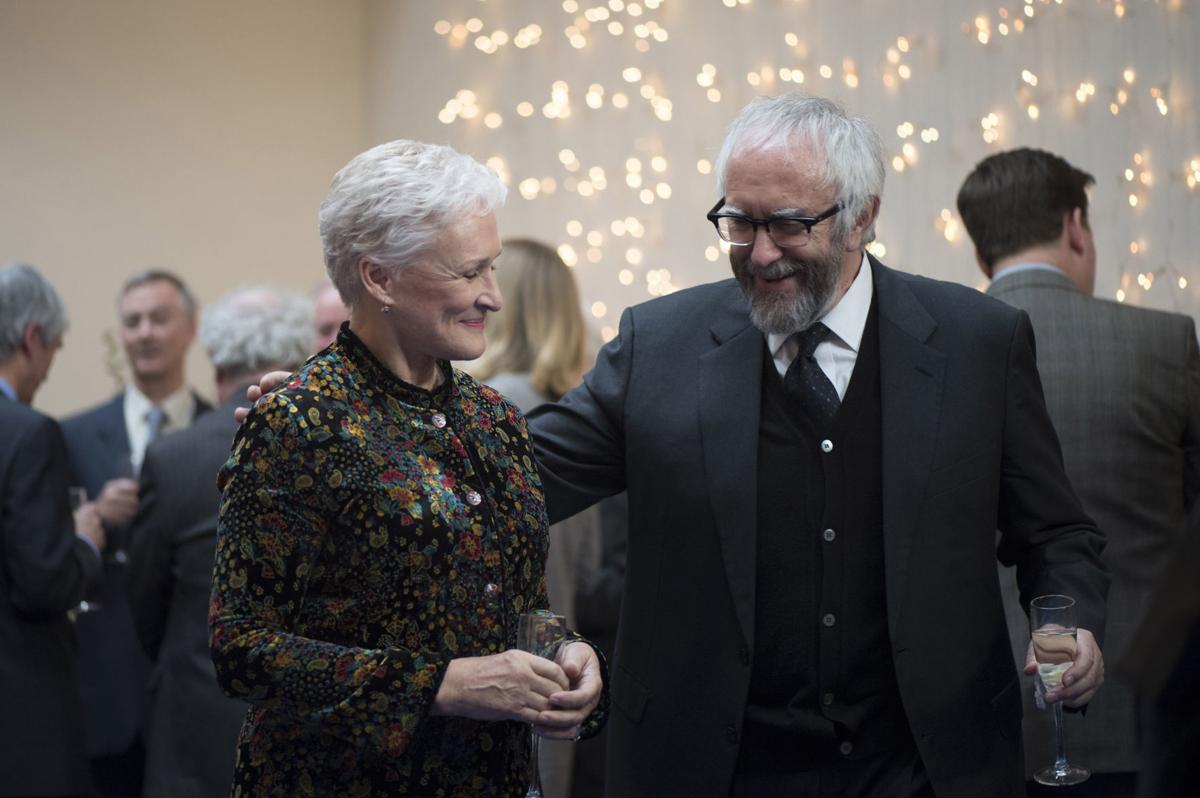 The Wife - Vivere nell'ombra: Glenn Close e Jonathan Pryce in una scena del film di Björn Runge