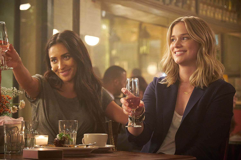 You: Shay Mitchell ed Elizabeth Lail in una scena della serie