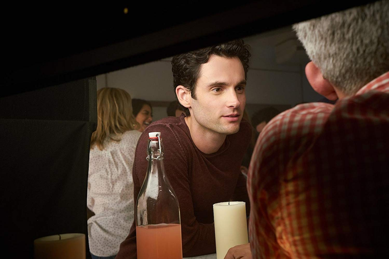 You: Penn Badgley in una scena della serie