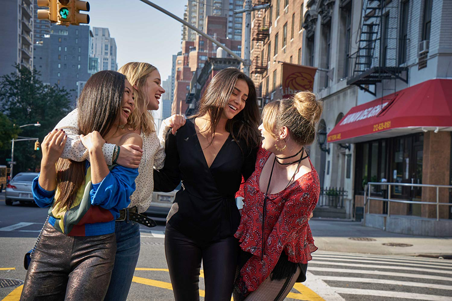 You: Shay Mitchell, Kathryn Gallagher, Elizabeth Lail e Nicole Kang in una scena
