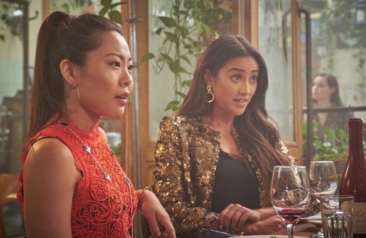 You: Shay Mitchell e Nicole Kang in una scena
