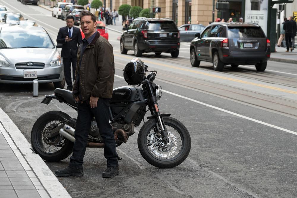 Venom: Tom Hardy in una scena del film