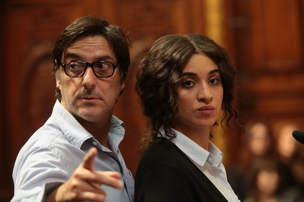 Quasi nemici: il regista Yvan Attal e Camelia Jordana sul set del film