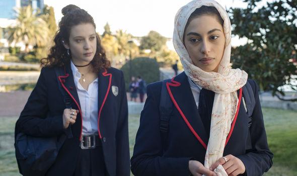 Elite: Maria Pedraza e Mina El Hammani in una scena
