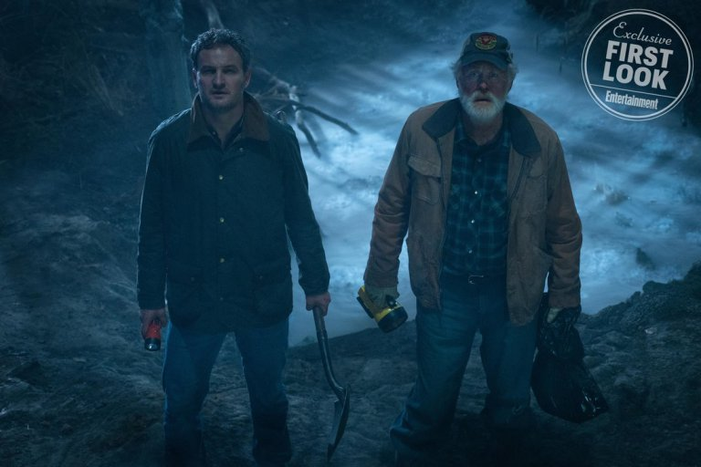 Pet Sematary: Jason Clarke e John Lithgow in una foto del film