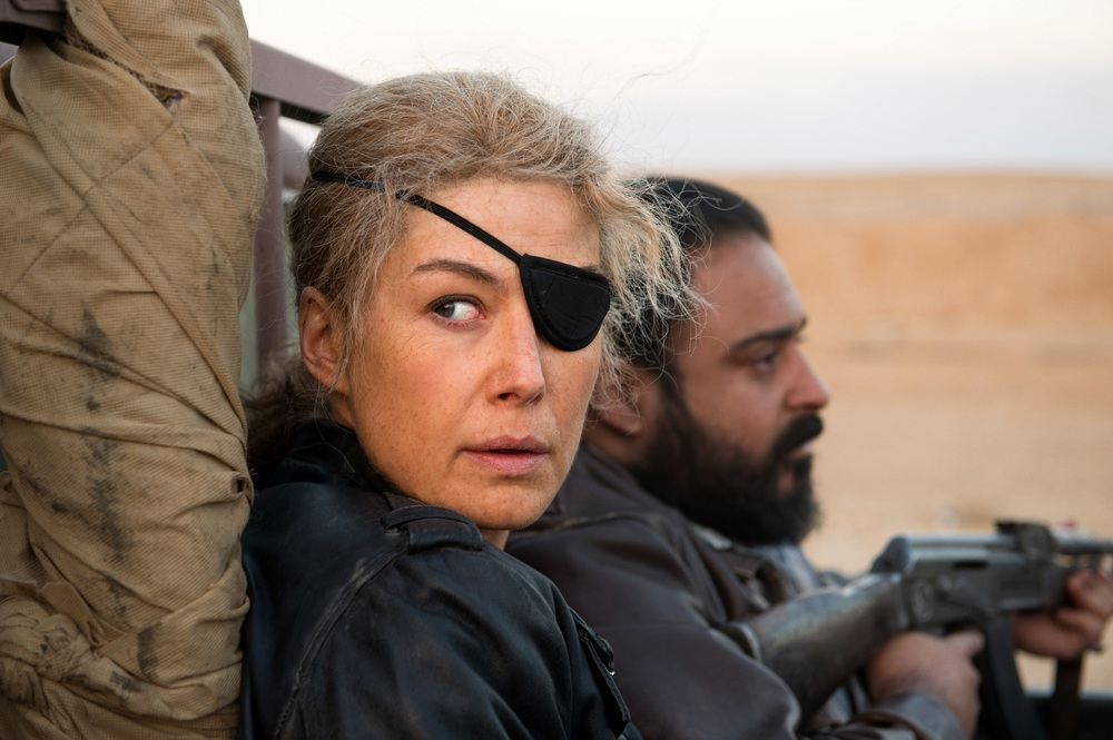A Private War: Rosamund Pike in un momento del film