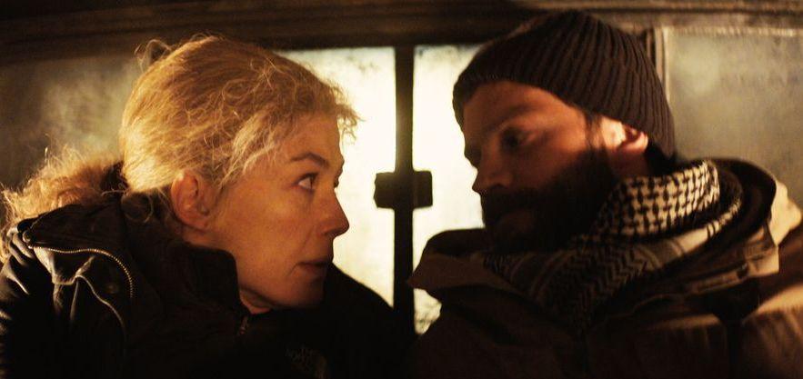 A Private War: Rosamund Pike e Jamie Dornan in una scena del film