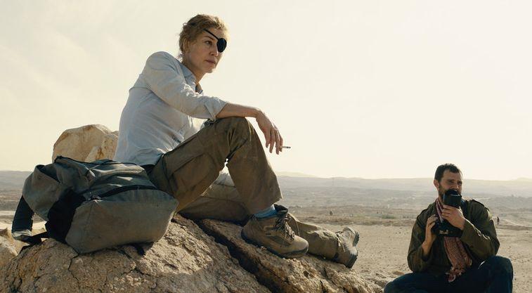 A Private War: Rosamund Pike e Jamie Dornan in un momento del film