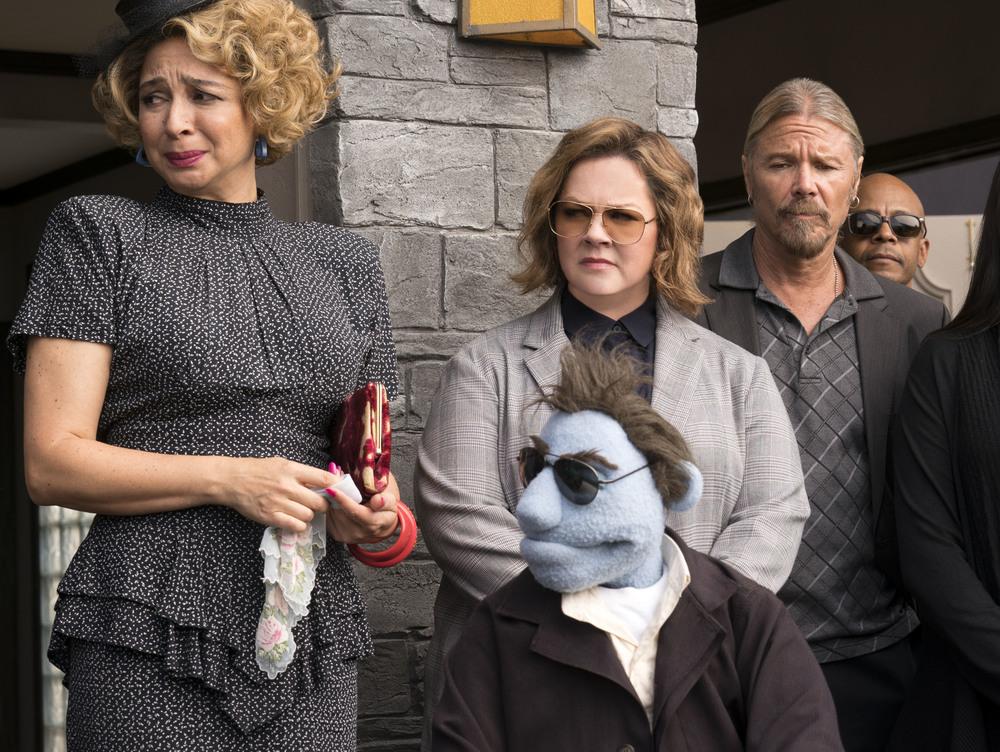 Pupazzi senza gloria: Melissa McCarthy e Maya Rudolph in una scena del film