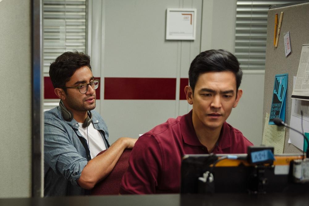 Searching: John Cho e il regista Aneesh Chaganty sul set del film