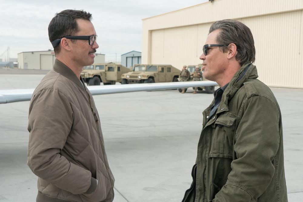 Soldado: Josh Brolin e Jeffrey Donovan in un momento del film