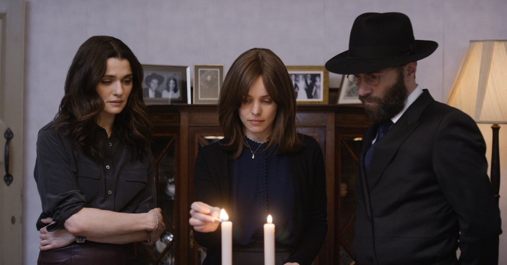 Disobedience: Rachel McAdams, Rachel Weisz e Alessandro Nivola in una scena del film