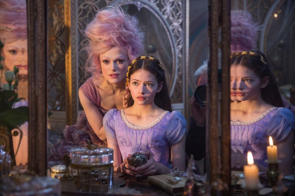 Lo Schiaccianoci e i Quattro Regni: Mackenzie Foy e Keira Knightley in un momento del film