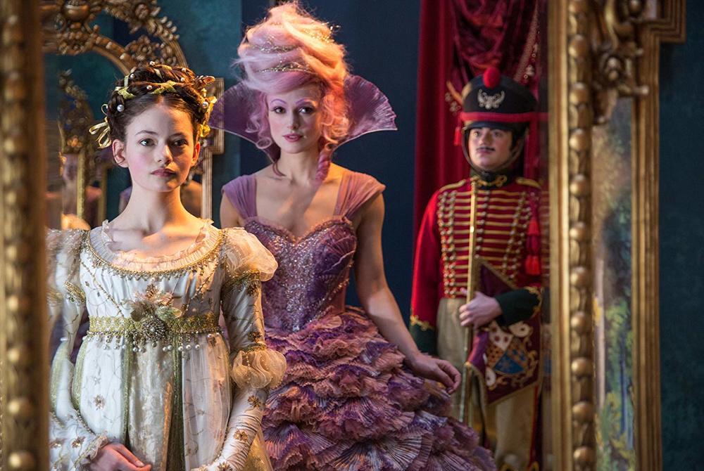 Lo Schiaccianoci e i Quattro Regni: Mackenzie Foy e Keira Knightley in una scena del film