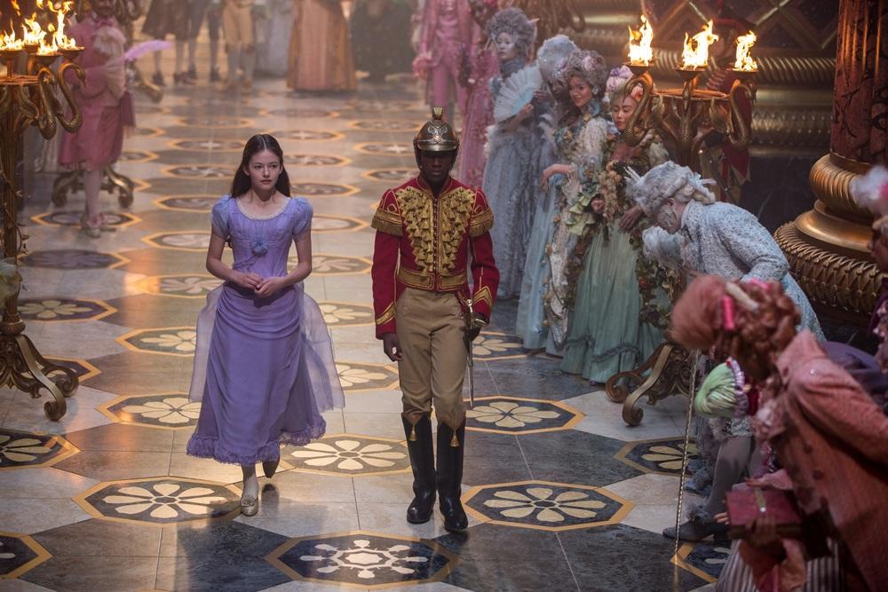 Lo Schiaccianoci e i Quattro Regni: Mackenzie Foy e Jayden Fowora-Knight in una scena del film