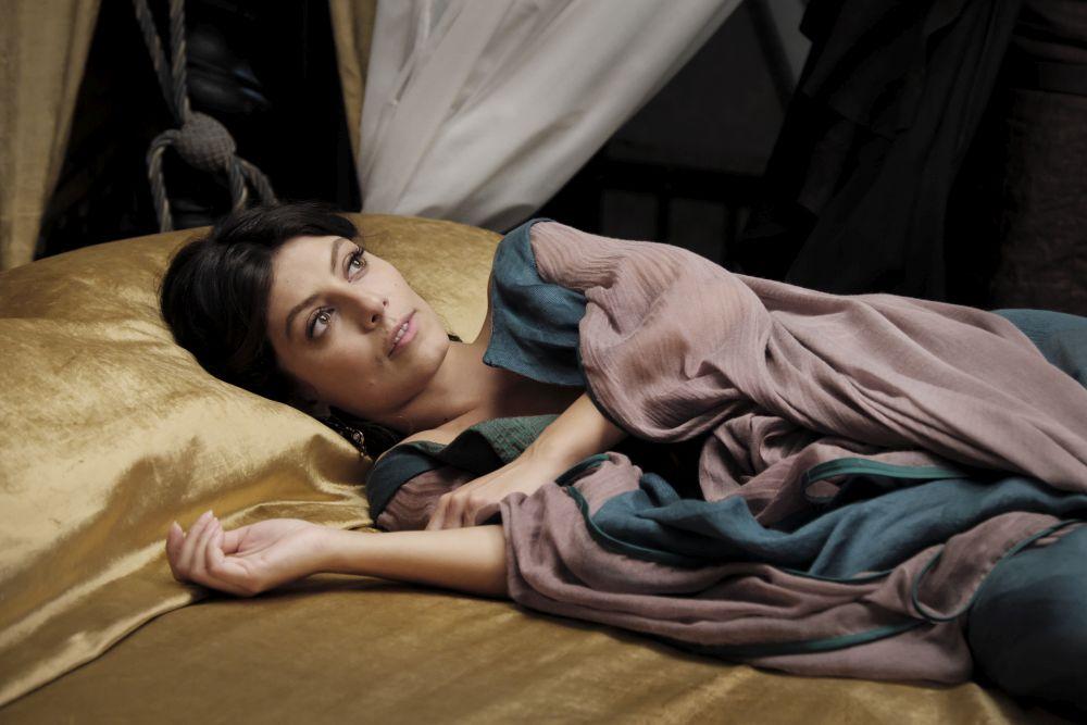 I Medici 2, Alessandra Mastronardi stesa sul letto