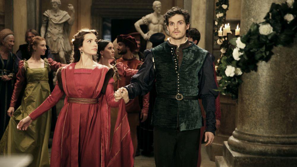 I Medici 2: Daniel Sharman e Aurora Ruffino in una foto durante un ballo